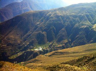 a lo lejos, el pueblo de Pampas